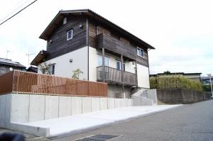 真ん中に約2mの段差がある敷地に建つ家 ~エアコン1台で快適に~